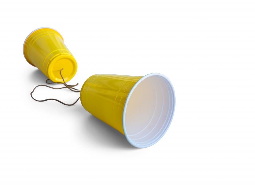 comunicare prin pahare de plastic