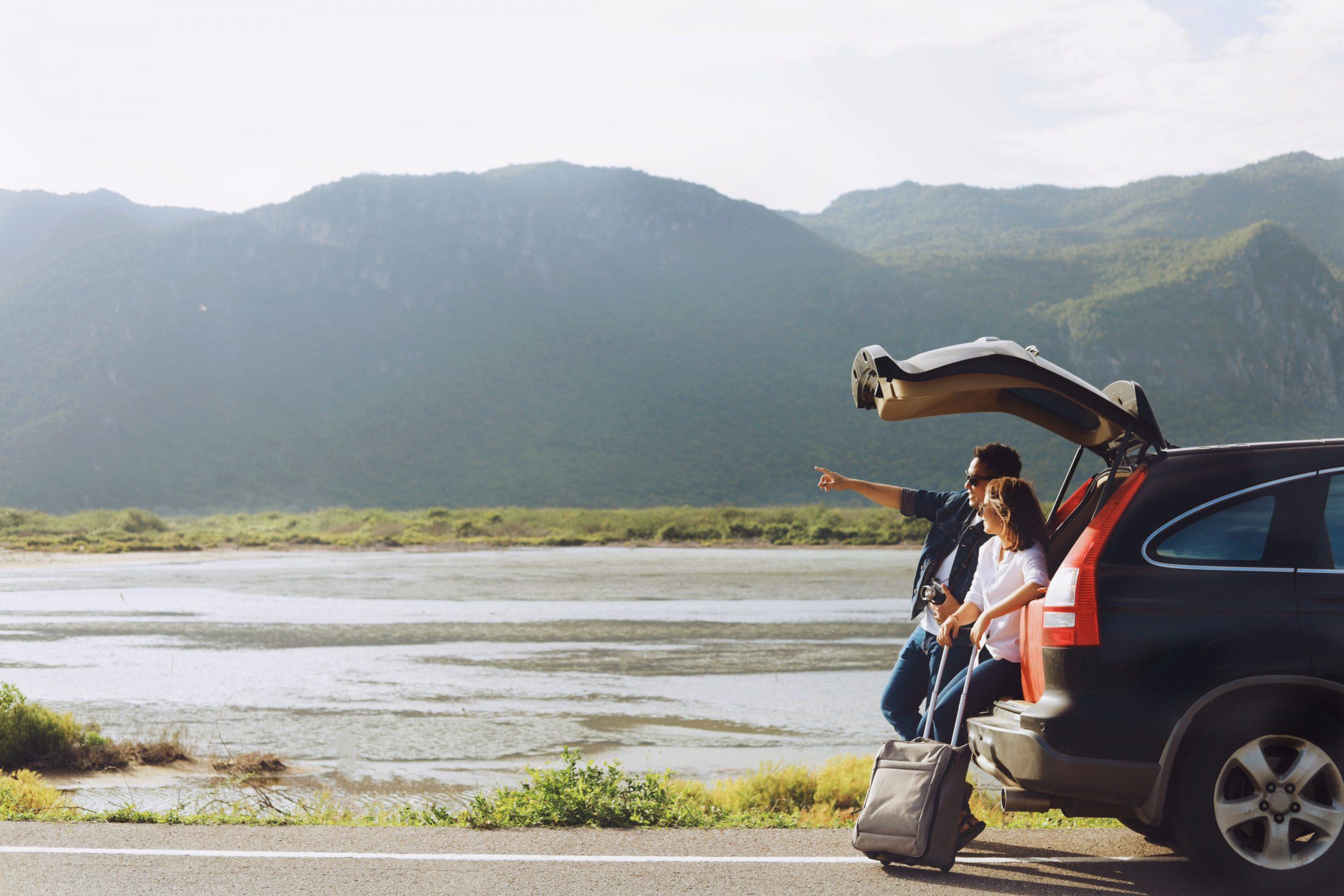 Familie arătând spre destinația de vacanță