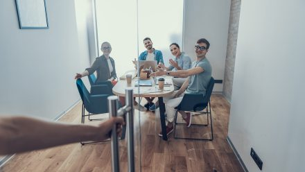colegi cu un tonus bun după exerciții fizice la birou